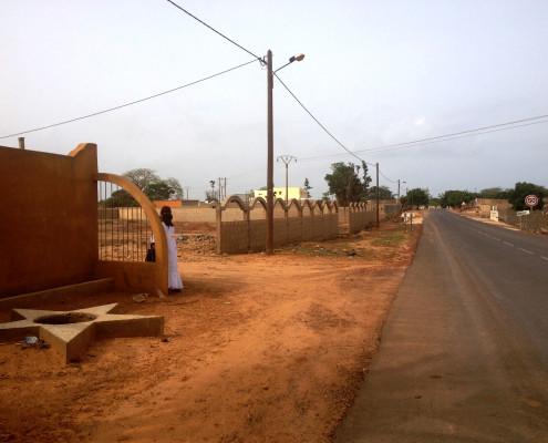 entrata della proprietà dalla strada che collega Yenne a Toubab Dialaw